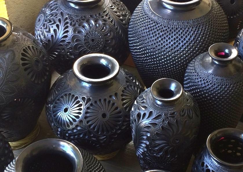 Piezas de barro negro. Artesanía mexicana en San Bartolo Coyotepec